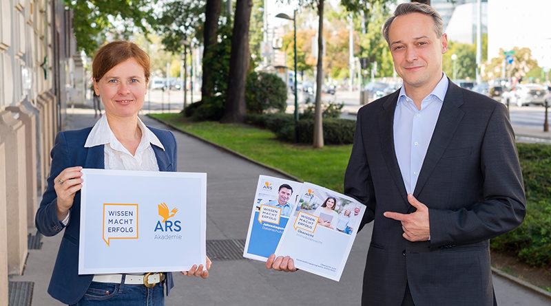 Alexandra Zotter (Leitung Marketing und Kommunikation) und Richard Melbinger (Geschäftsführer) präsentieren das neue Design / Foto: Farbraum Wien